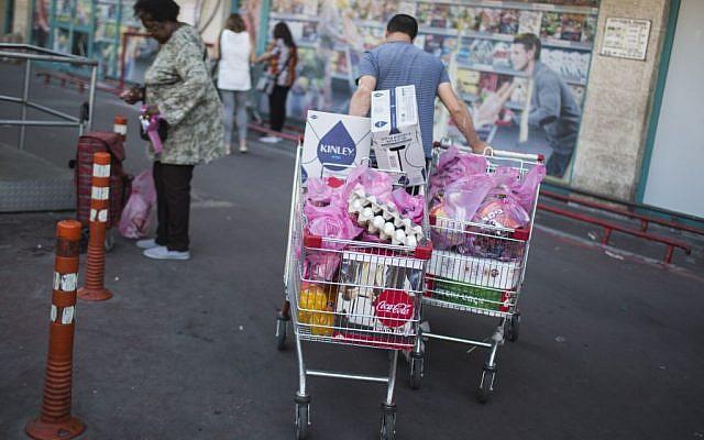Illustrative image of Israelis grocery shopping at a supermarket in Talpiot, Jerusalem on April 20, 2016. (Hadas Parush/Flash90)