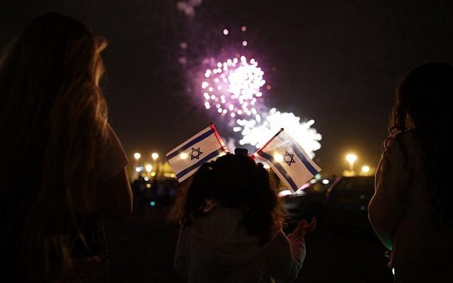 Israelis watch fireworks in the sky over Mount Herzl at the end of Israel's Memorial Day and at the start of Israel's 69th Independence Day celebrations, in Jerusalem, late on May 1, 2017. (AFP PHOTO / MENAHEM KAHANA)