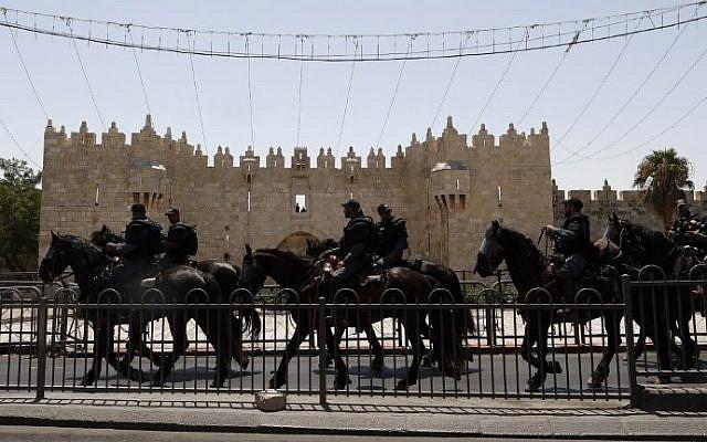Israeli mounted police patrol outside Damascus Gate in Jerusalem's Old City on July 28, 2017. (Jack GUEZ / AFP)