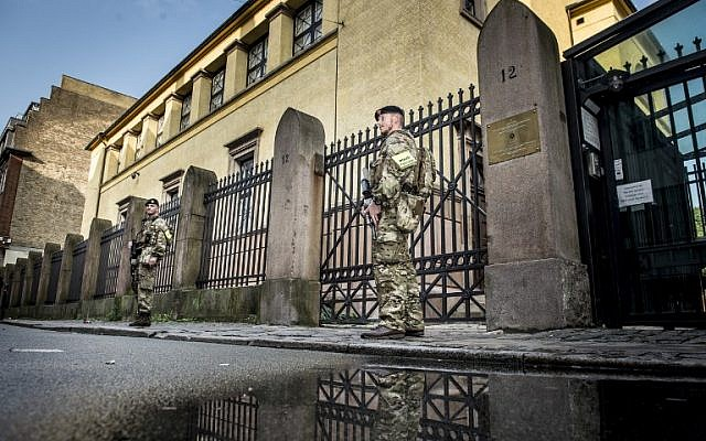 Illustrative: Danish soldiers guard the synagogue in Copenhagen, Denmark, on September 29, 2017. (AFP PHOTO / SCANPIX DENMARK / Mads Claus Rasmussen)