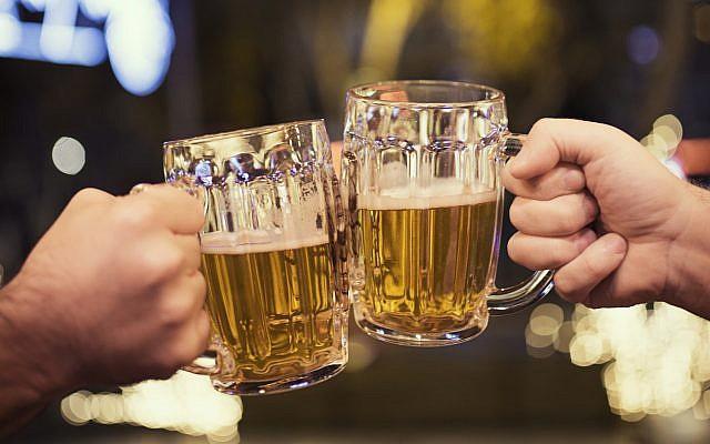 Beers and friendship (Illustrative image via iStock)