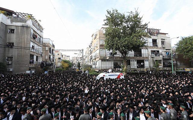 Thousands of mourners attend the funeral of Rabbi Aharon Yehudah Leib Steinman in Bnei Brak, December 12, 2017. (Yonatan Sindel/ Flash90)