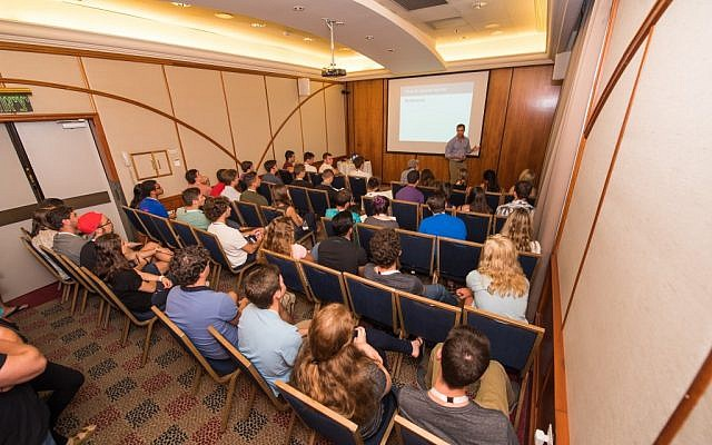 Speaking to Onward Israel participants. Source: http://www.assafluxembourg.com
