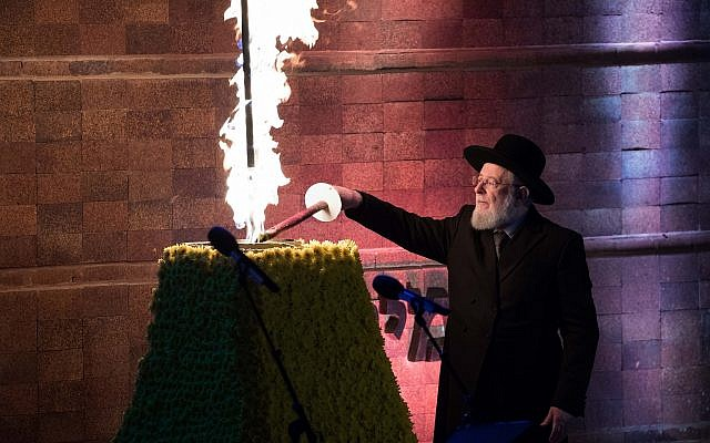 Holocaust survivor and former Israeli chief rabbi Yisrael Meir Lau lights a torch at a ceremony at the Yad Vashem Holocaust Memorial Museum in Jerusalem, as Israel marks Holocaust Remembrance Day,April 11, 2018 (Yonatan Sindel/Flash90)