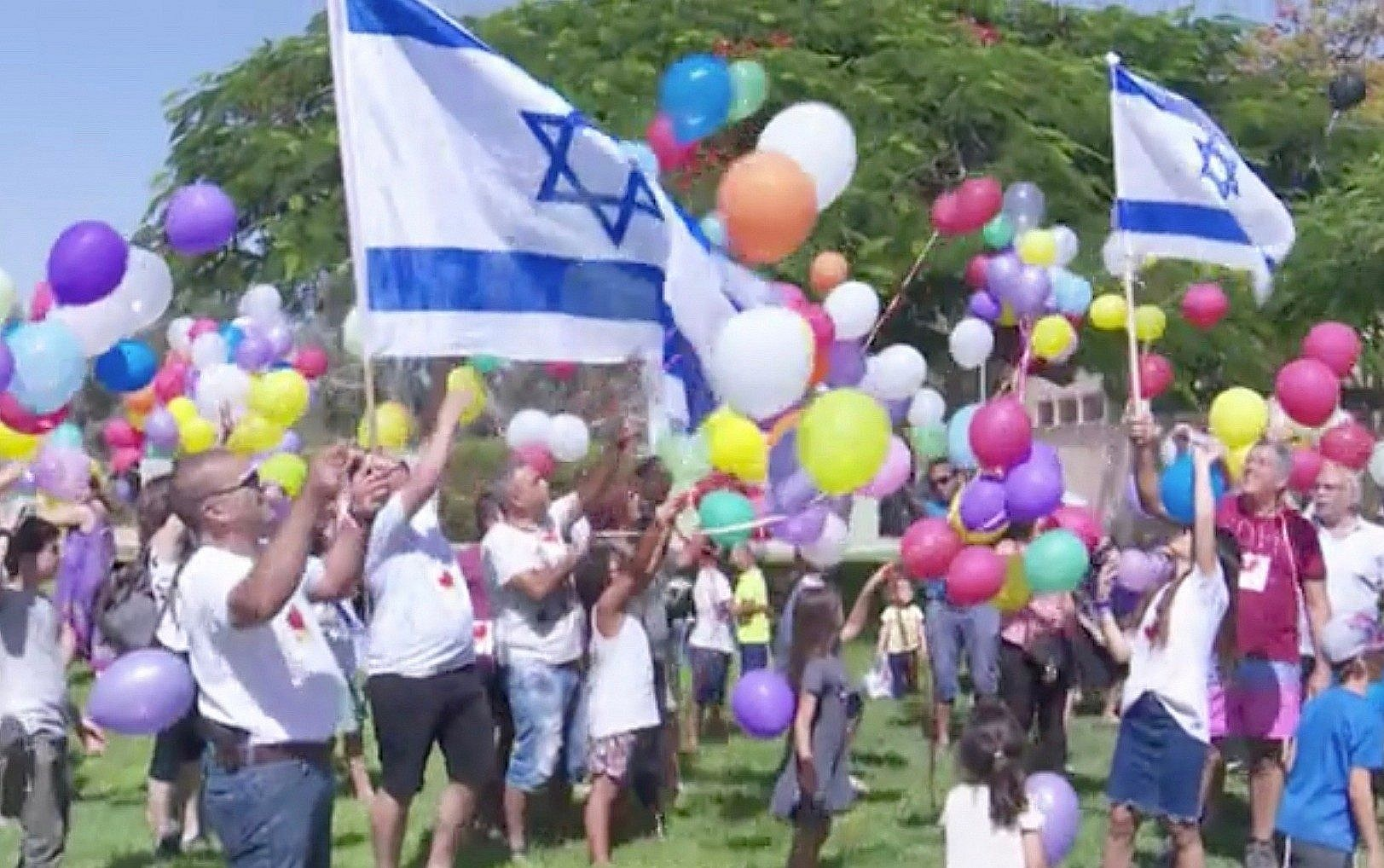 I can see their faces the blogs children and residents of kibbutz nir am release balloons carrying candy towards the gaza strip on fandeluxe Images