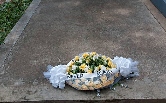 A wreath laid on a grave where 250,000 people murdered in the 1994 Rwandan genocide are buried. (c) Getty Images