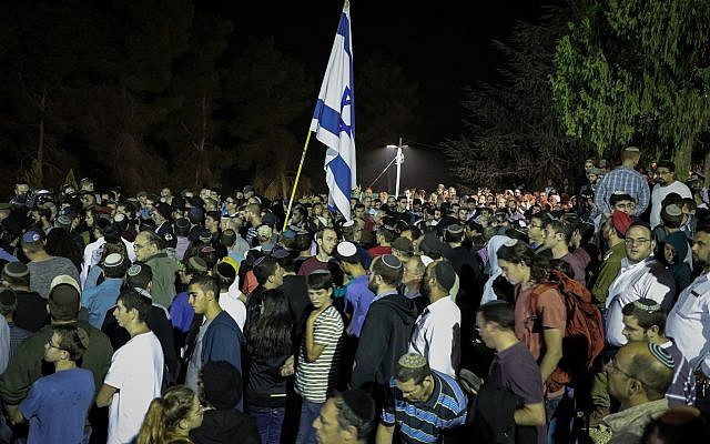 Friends and family atted the funeral of Ari Fuld, who was murdered earlier this morning, at the Gush Etzion Junction, September 16, 2018. (Gershon Elinson/FLASH90)