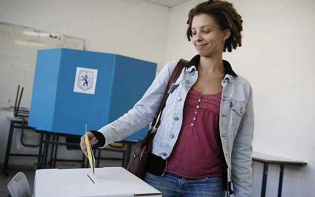 An Israeli secular woman votes at a Jerusalem polling station for the Jerusalem mayoral elections in a school in Jerusalem, November 11, 2008. (Michal Fattal/Flash90/File)