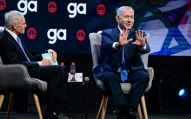 Prime Minister Benjamin Netanyahu, right, with Richard Sandler, chairman of the Jewish Federation of North America in Tel Aviv, on October 24, 2018. (Tomer Neuberg/Flash90)