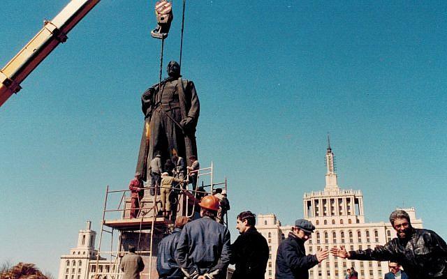 Romania crowd removes statue of Lenin, 1990 (Dan Perry photo)