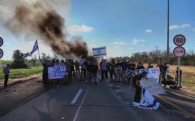 Dozens of high school students from the Neve yeshiva demonstrate next to Kerem Shalom Gaza goods crossing in response to the terror attack near the Givat Assaf outpost on December 13, 2018. (Courtesy)