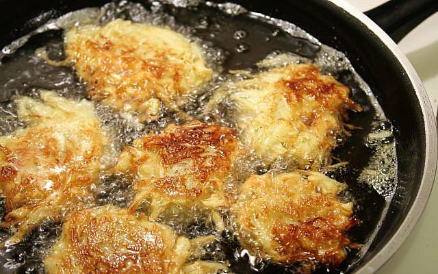 Illustrative. Sizzling potato latkes for Hanukah, frying in oil. (iStock)