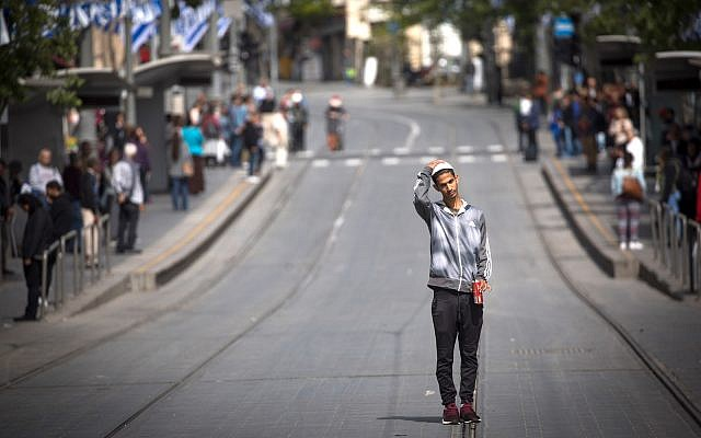 People stand still on Jaffa Road in Jerusalem as a two-minute siren is sounded across Israel to mark Holocaust Remembrance Day on April 12, 2018. (Yonatan Sindel/Flash90)