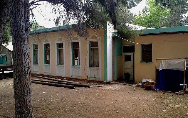 The Moshav's synagogue's exterior - Wikipedia
