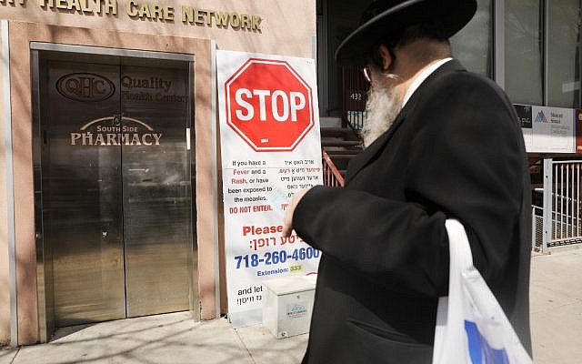 A sign warns people of measles in the ultra-Orthodox Jewish community in Williamsburg, in Brooklyn, New York, on April 10, 2019. (Spencer Platt/Getty Images/AFP)