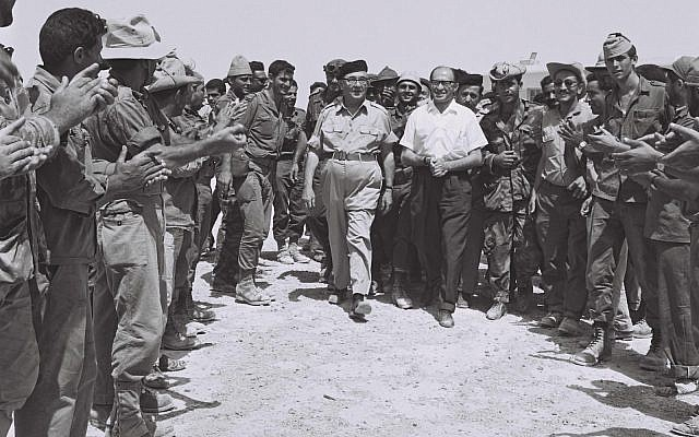 Cheering reserve soldiers greet Prime Minister Levi Eshkol and Minister Menachem Begin in Sinai. (Government Press Office)