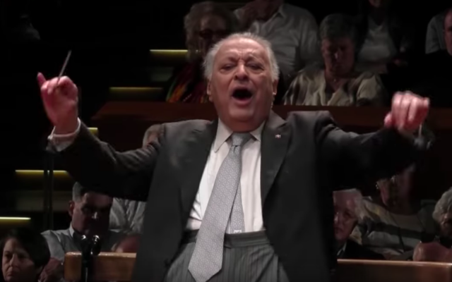 """Zubin Mehta conducts the Israel Philharmonic for the last time in Mahler's Symphony No. 2, """"Resurrection"""" (Screenshot via medici.tv)"""
