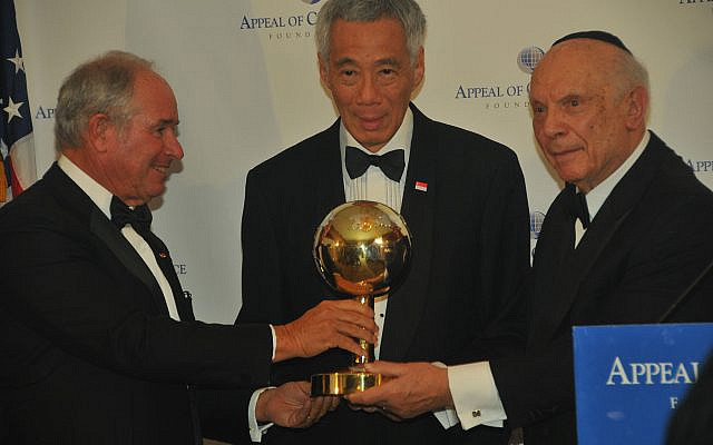 Stephen Schwarzman (left) and Rabbi Arthur Schneier present award to Singapore Prime Minister Lee Hsien Loong.