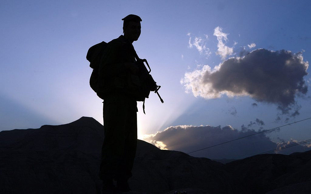 Illustrative: A soldier holds his rifle as the sun comes up. January 21, 2009 (Yossi Zamir/Flash90)