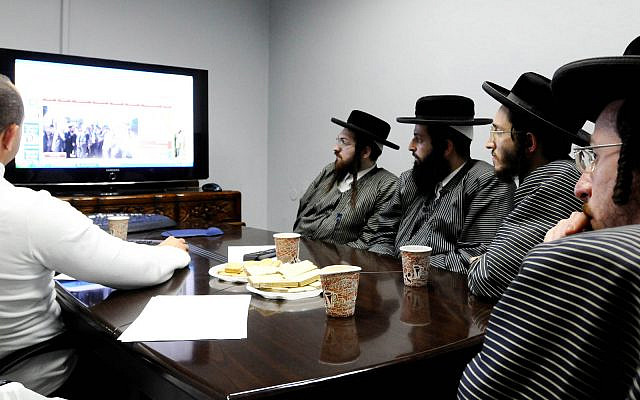 Following authorization from their rabbis, ultra-Orthodox Jews of the Toldot Aharon sect attend a computer and Internet lecture in Ramat Gan. February 2, 2012. (Yossi Zeliger/FLASH90)