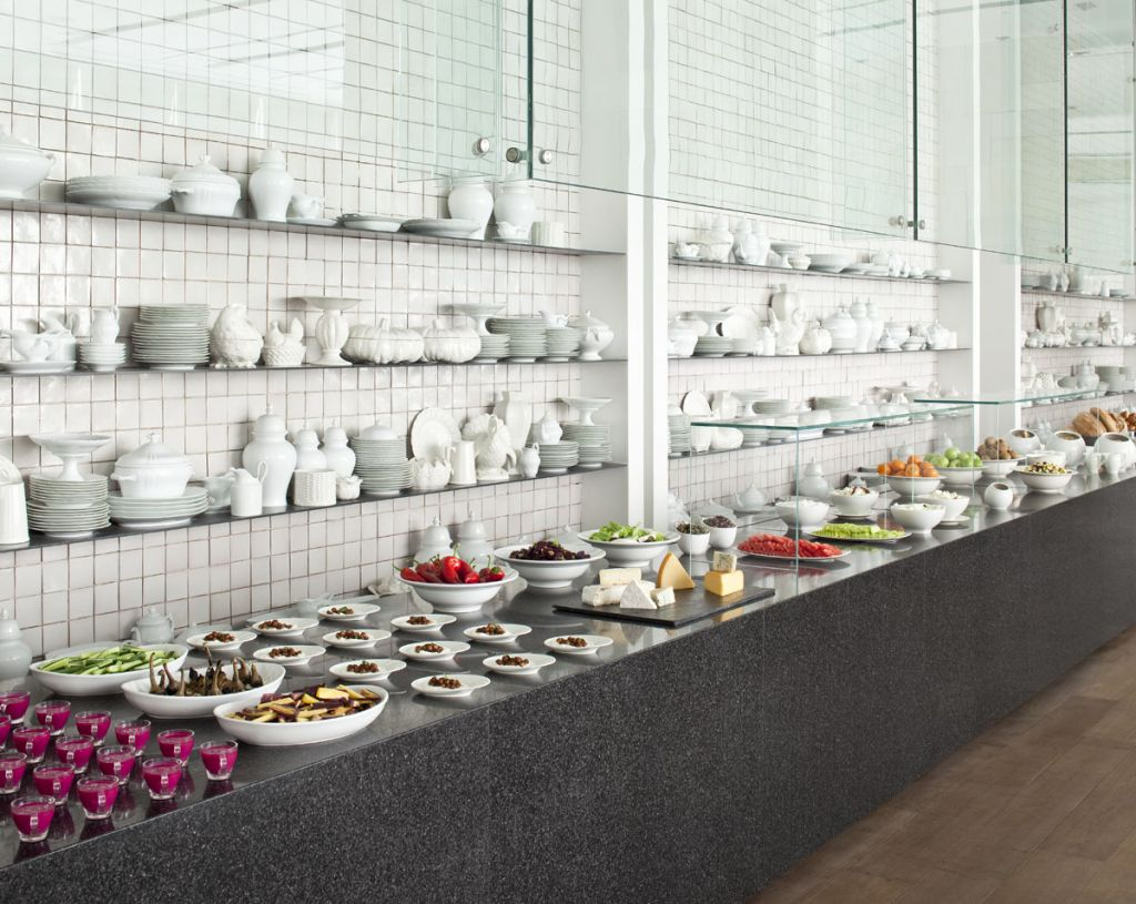 Hotels: Put 'bathroom' signs on your buffets!