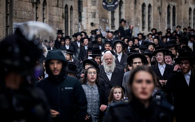 Israeli police officers seen in the ultra-Orthodox Jewish neighborhood of Mea Shearim, as they close shops and disperse public gatherings following the government decisions in an effort to contain the spread of the coronavirus. March 22, 2020. (Yonatan Sindel/ Flash90)