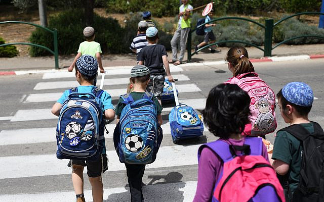 School children crossing the road in Beit El, May 1, 2019. (Gili Yaari /Flash90)