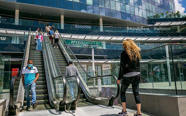 Israeli walk at a shopping center in the city of Netanya, on April 26, 2020. Photo by Yossi Aloni/Flash90 *** Local Caption *** מרכז קניות מבט כללי נתניה סניף בנייה קורונה וירוס
