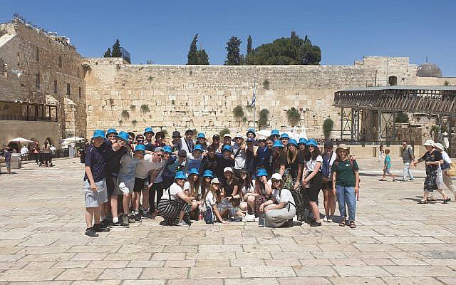 Israel tour group at the Kotel (Credit: UJIA via Jewish news)