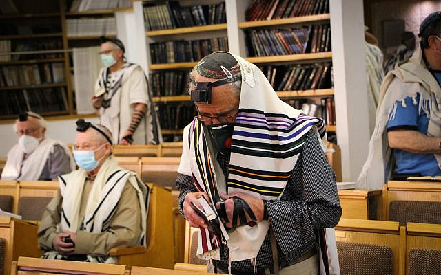 Jewish men pray at a synagogue in Efrat, Gush Etzion, May 20, 2020. (Gershon Elinson/Flash90)
