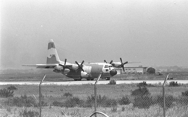 One of the Lockheed C-130 Hercules transport planes lands at Ben-Gurion Airport carrying hijacked Air France passengers rescued in the IDF Operation Entebbe. (Jewish News)