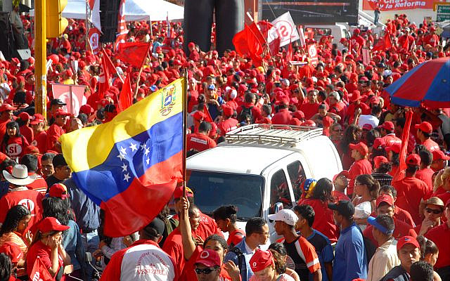 An enormous Venezuelan flag is carried along Avenida Bolívar in Caracas by supporters of President Hugo Chávez, who in 2009 broke Venezuela's diplomatic relations with Israel. (Larry Luxner)