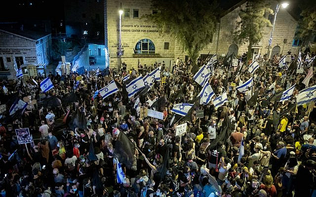 Israelis protest against Prime Minister Benjamin Netanyahu outside the Prime Minister's official residence in Jerusalem. August 29, 2020. (Yonatan Sindel/Flash90)