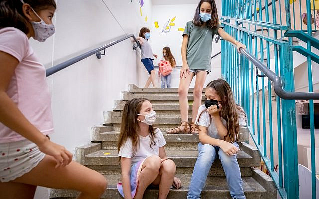 Israeli elementary school students wearing protective face masks at school in Tel Aviv. (Chen Leopold/Flash 90)