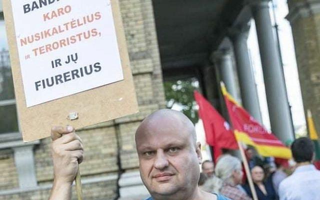 Political scientist Šarkanas protests against the Nazi Noreika memorial plaque / FB