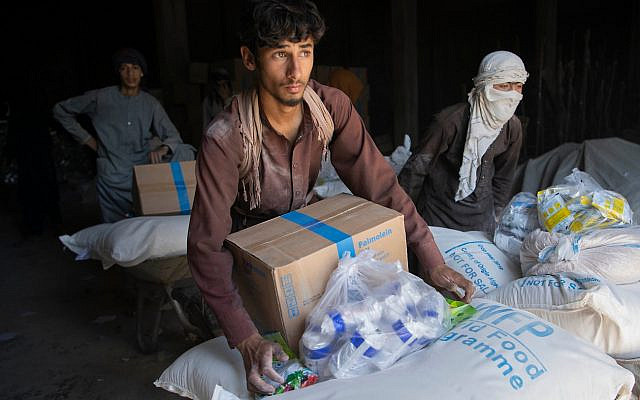 """Kabul, afghanistan.- In the photos, WFP authorities work to deliver food to the most vulnerable families. The UN World Food Program (WFP) was awarded the Nobel Peace Prize this Friday (9), announced the Nobel Committee in Oslo, underlining that the need for multilateral solutions to major problems such as hunger is """"more evident never""""."""