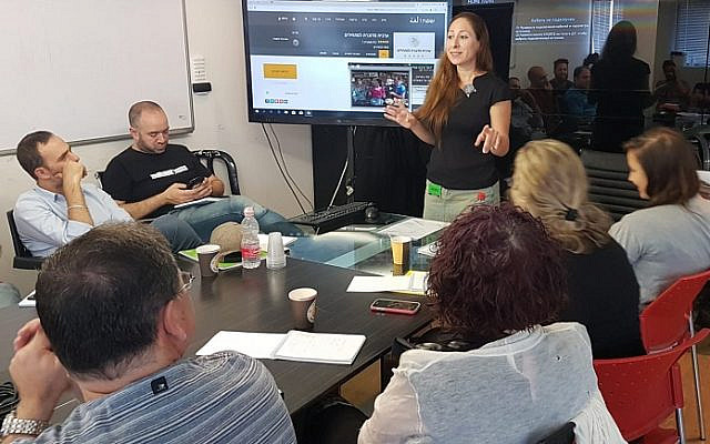 May Arow teaches an Arabic course for journalists, 2019. (courtesy)