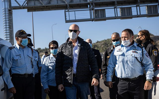 Public Security Minister Amir Ohana and acting Israeli Police Commisioner Kobi Shabtai visit a temporary roadblock on Highway 1 outside Jerusalem, January 8, 2021, during a 3rd nationawide full lockdown, in an effort to prevent the spread of the Coronavirus (Yonatan Sindel/Flash90)