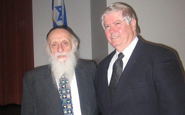 Rabbi Dr. Abraham Twerski and Don O'Quinn, head of school, Yavneh Academy, Dallas, 2007. (Deb Silverthorn)