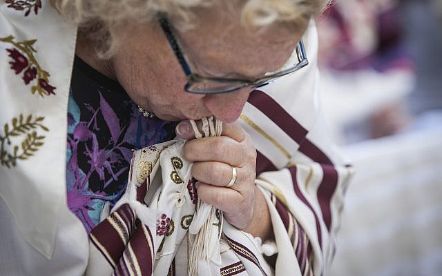 A woman with a tallit. Jewish traditional religious practice is fading among new generations of American Jews, according to the findings from the Pew Research Center's 2021 study on American Judaism. (Yochi Rappeport via Wikimedia Commons/ Creative Commons)
