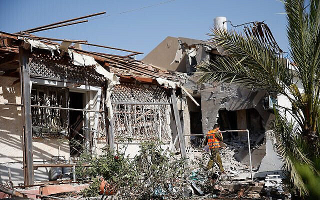 Israeli security forces at the scene where a rocket fired from the Gaza Strip hit a house in the southern Israeli city of Ashkelom, on May 11, 2021. Photo by Flash90  *** Local Caption *** ôâéòä àù÷ìåï áï âåøéåï