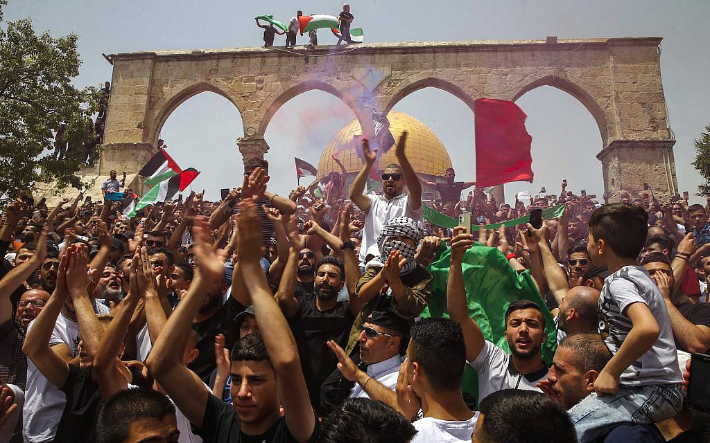 Palestinian worshippers protest at the Al-Aqsa mosque compound in Jerusalem Old City on May 21, 2021. (Jamal Awad/Flash90)