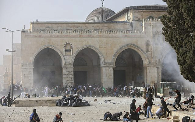 Palestinians clash with Israeli security forces in the Temple Mount compound in Jerusalem's Old City, May 10, 2021. (Mahmoud Illean/AP)