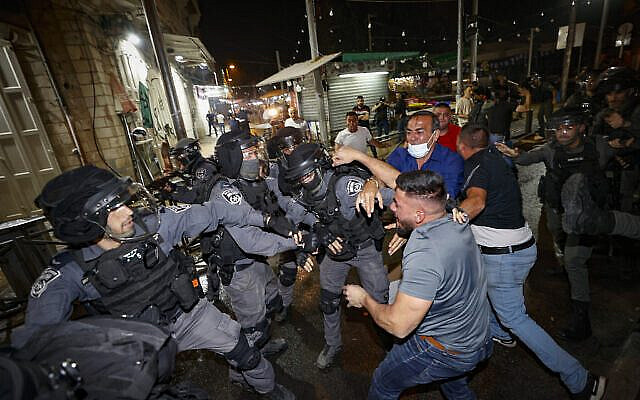 Police Officers clash with protesters outside Damascus Gate in Jerusalem during the month of Ramadan on May 09, 2021.  Photo by Yonatan Sindel/Flash90  *** Local Caption *** שער שכם בירושלים שוטרים שומר שומרים רמאדן רמדן