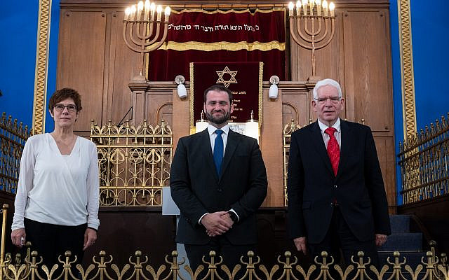 Annegret Kramp-Karrenbauer (CDU), Federal Minister of Defense, Zsolt Balla (M), State Rabbi of Saxony, and Josef Schuster, President of the Central Council of Jews, stand next to each other in the synagogue. Balla was previously inaugurated into the office of military federal rabbi in a ceremonial act. According to the Central Council of Jews, this is the first time in 100 years that there is Jewish military chaplaincy in Germany.