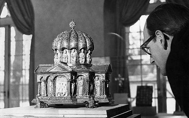 (GERMANY OUT) Ausstellung des Welfenschatzes im Kunstgewerbemuseum des Schloss Charlottenburg.Kuppelreliquiar, Köln um 1175- Dezember 1963 (Photo by von der Becke/ullstein bild via Getty Images)