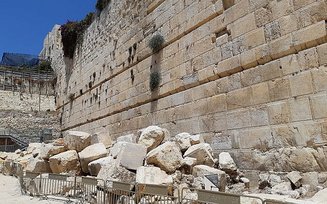 The Second Temple Period street running along the Western Wall (Kotel). The Ezrat Yisrael is located to the left of this picture. Source: Wikimedia Commons