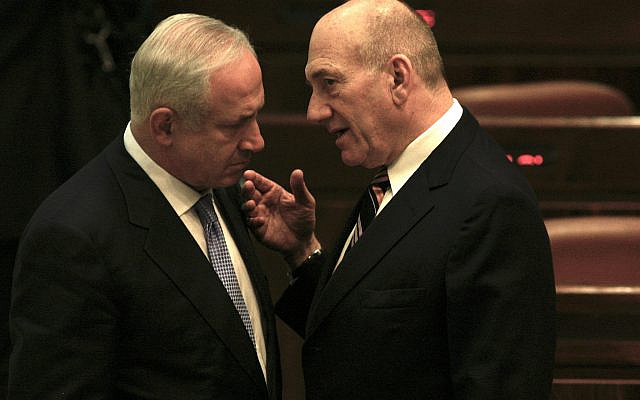 Outgoing prime minister Ehud Olmert speaks to the new prime minister Benjamin Netanyahu on the night of his inauguration at the Kneset. March 31, 2009. (Yossi Zamir/FLASH90)