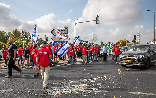 Israeli farmers block junctions all over Israel in protest of the Finance and Agriculture ministries plan to open up the fruit and vegetable market for import, at the Bilu Junction, on July 29, 2021. Photo by Yossi Aloni/Flash90 *** Local Caption *** הפגנה חקלאים חקלאות חקלאי מפגין מפגינים משבר צומת בילו כנסת רפורמה