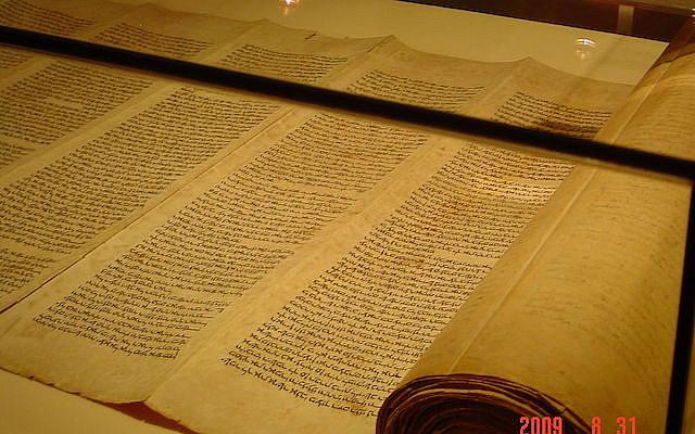 https://commons.wikimedia.org/wiki/File:Hebrew_Sefer_Torah_Scroll_side_view.JPG